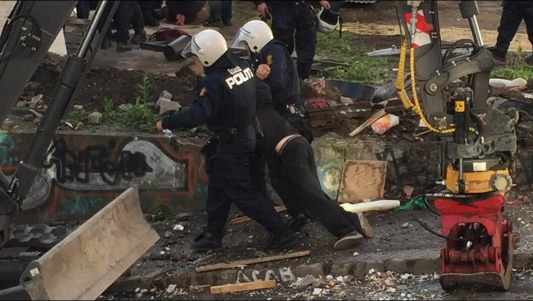 En betydelig politistyrke, ambulansepersonell og brannvesen var blant de involverte som startet sikringsarbeidet i Hauskvartalet grytidlig onsdag morgen (foto: Even Rise).