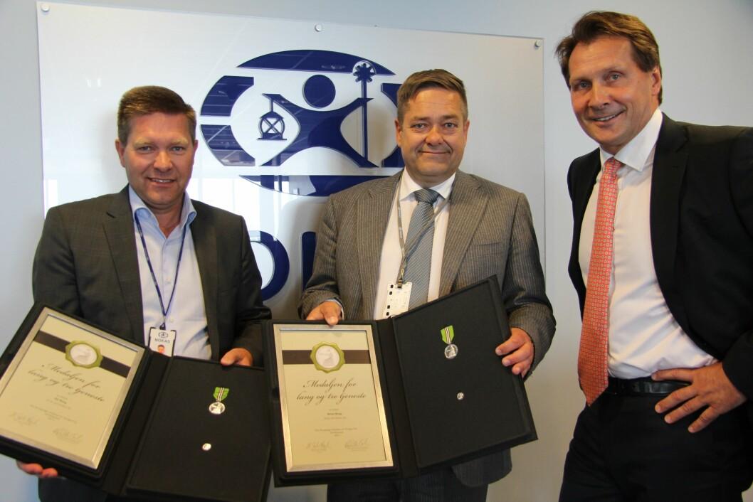 Pål og Heine Wang mottok i dag medalje for lang og tro tjenste i Nokas. Styreleder Terje Rogne sto for overrekkelsen (foto: Ådne Mauritzen, Nokas).