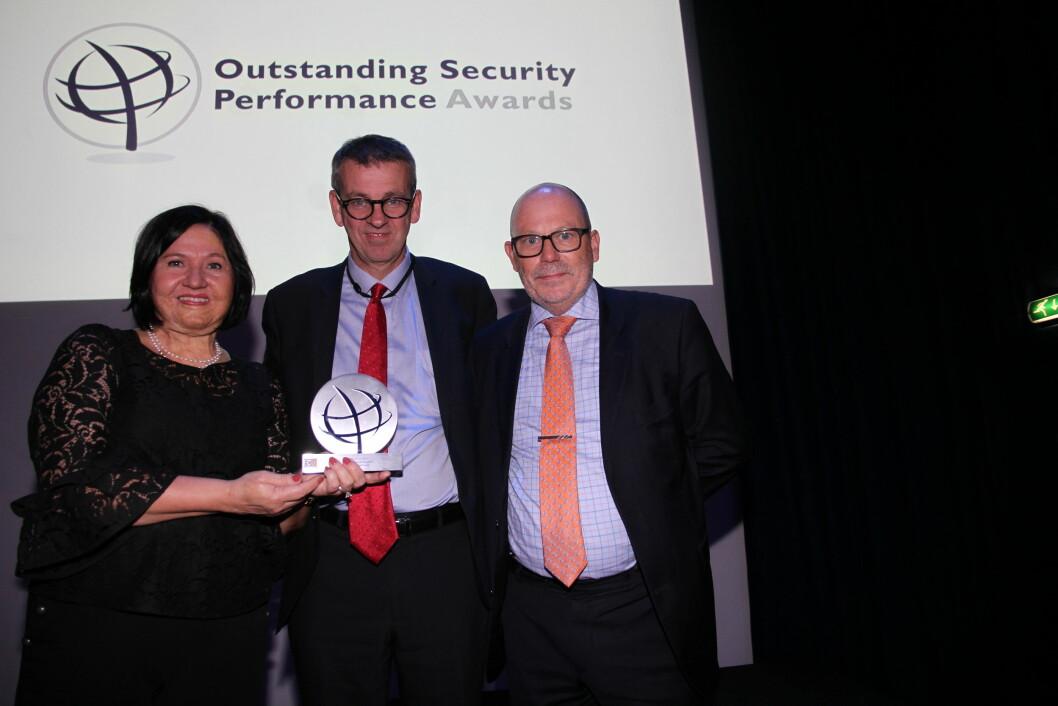 Ospaprisens far Martin Gill flankert av Anette Tinglum og Arne Røed Simonsen fra NSR (foto: Even Rise).