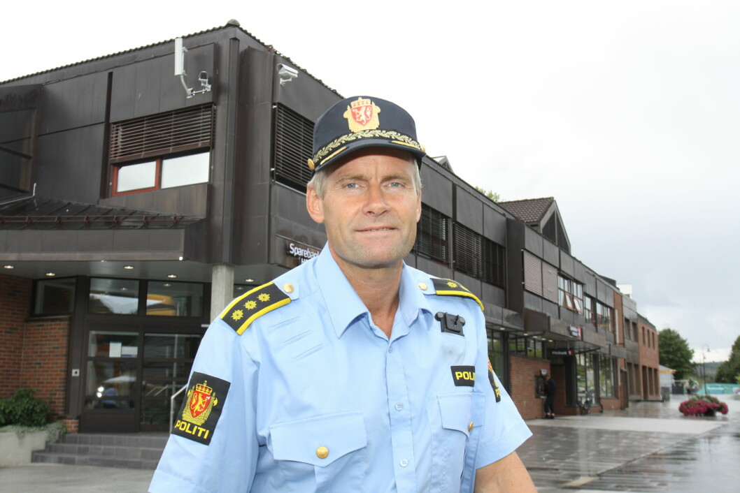 Lensmann Terje Krogstad slipper å demontere sikkerhetskameraene i Brumunddal sentrum (foto: Even Rise).