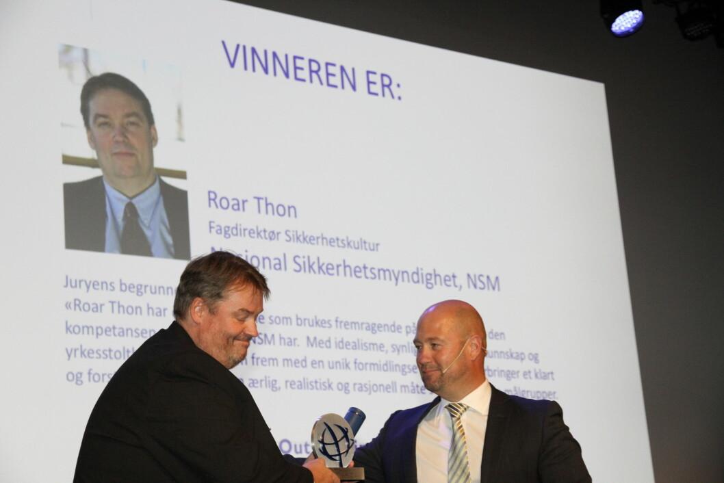 Roar Thon skal holde 47 foredrag under Nasjonal Sikkerhetsmåned. I dag dro han hjem hjem Ospa som fremragende sikkerhetsrådgiver. Prisen deles ut av Anders Anundsen (foto: Even Rise).