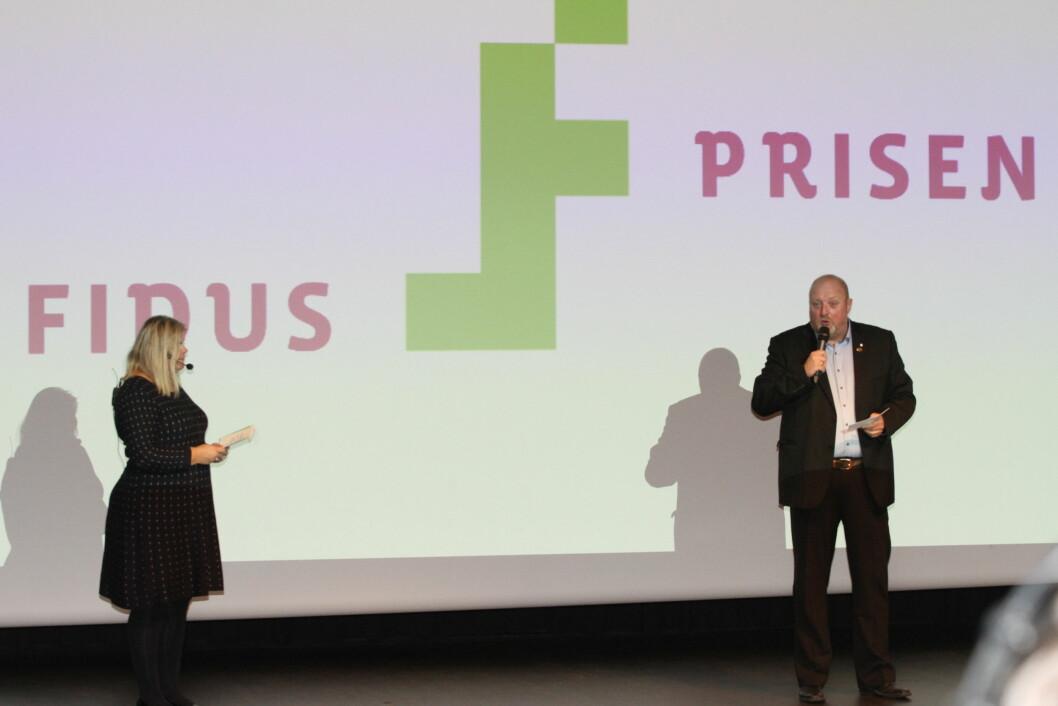 Olav Melteig fra Brønnøysundregistrene mottok i Fidusprisen som ble overrakt av Peggy Sandbekken Heie fra Norsk senter for informasjonssikkerhet (foto: Even Rise).
