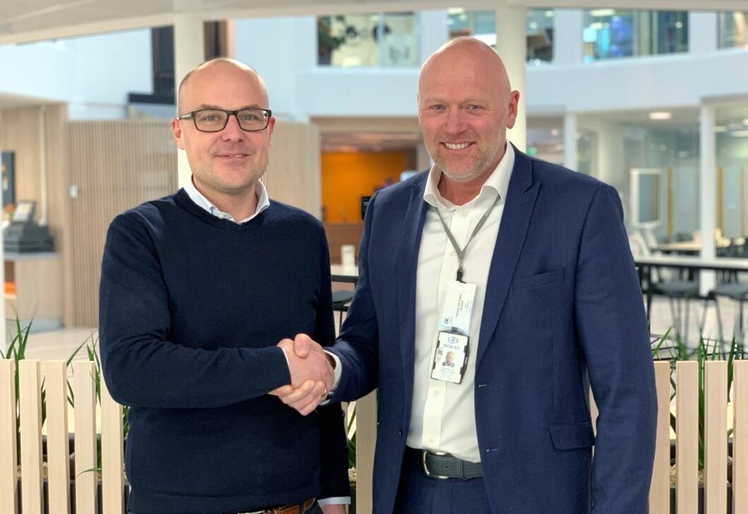 Coor har valgt Nokas som leverandør av vakt- og sikringstjenester til Equinor. Kontrakten ble signert av Daniel Grönberg (t.v.) og Frode Østdahl i dag (foto: Privat).