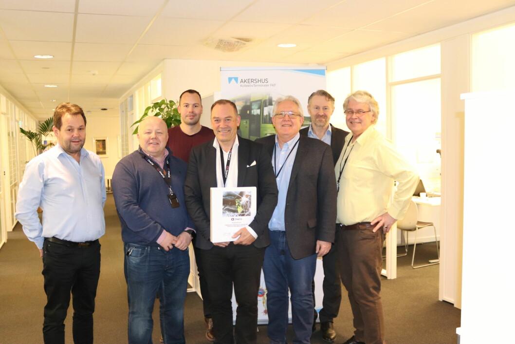 Thomas Høyem (b.v.), Morten Sandberg, Tor Willy Pederesen (f.v.), Stellan Johansen, Jahn Gulbrandsen (begge Oneco), Ragnar Gullhaugen og Tore Fremstad var alle tilstede på signeringen i dag (foto: Privat).