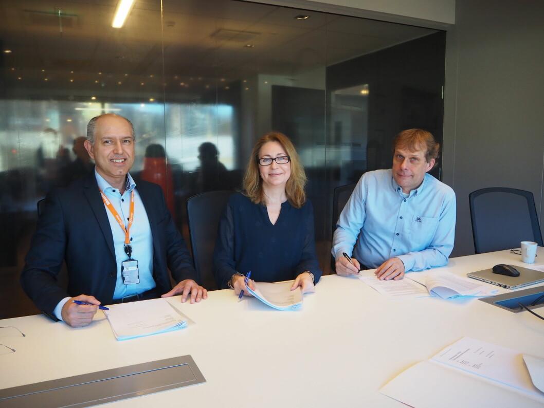 Knut Willy Larsen fra Certego signerte i dag avtale om levering av lås og beslag med Yvonne Høgetveit og Tor Inge Dokken i JM Norge (foto: Privat).