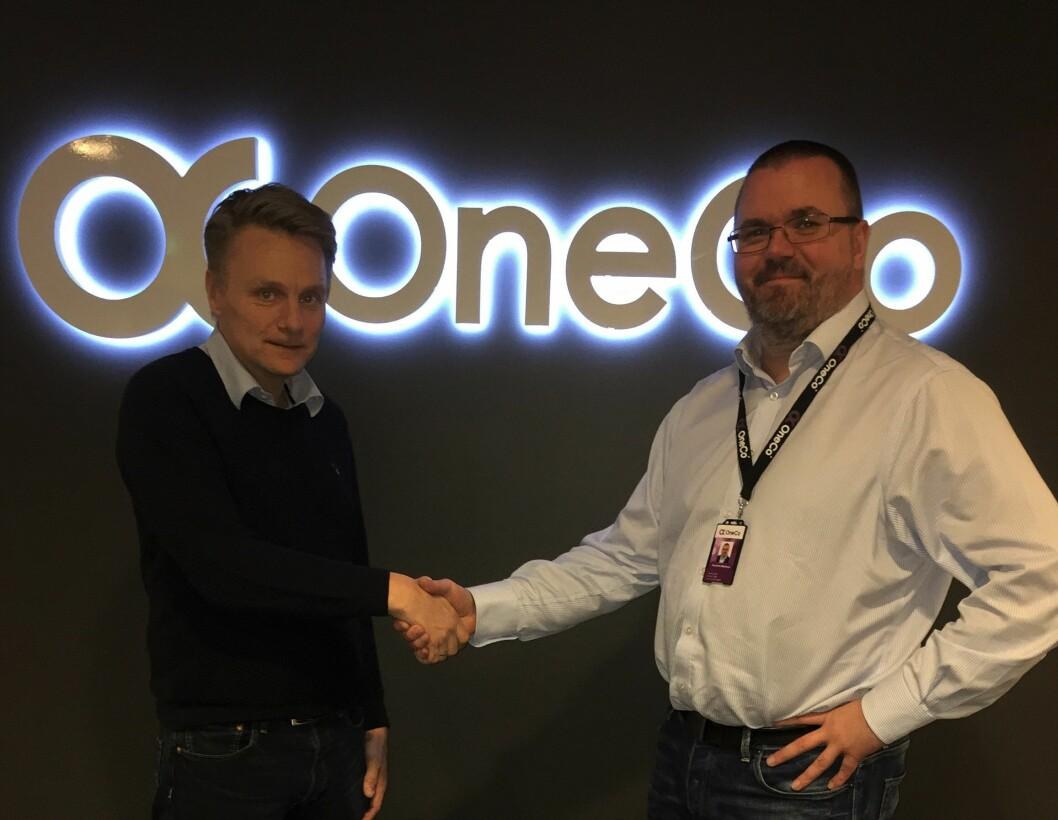 Hans Kvam ønskes velkommen til Oneco Technologies av Knut Erik Melstrøm (foto: Privat).