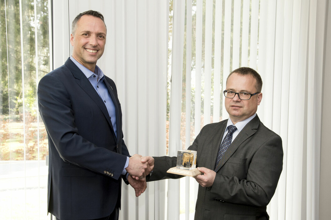 Iloq country manager Eric Kewel overleverte en gullbelagt sylinder til CEO Fridolin Sinlger ved Familienheim Bad Säckingen eG (foto: Privat)..