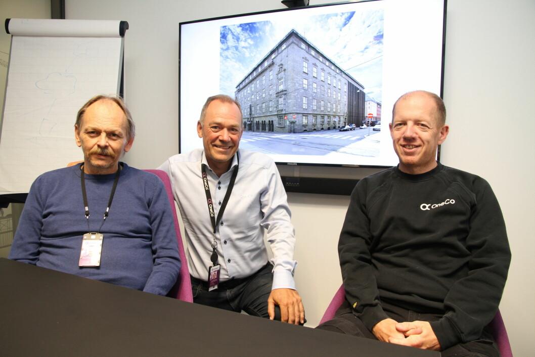Hans Petter Mørkhagen, Jahn Gulbrandsen og Espen Qvernstrøm i Oneco gleder seg over leveransen til Telegrafbygningen (foto: Even Rise).