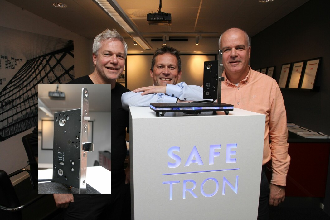 Produktsjef Tommy Vannemyr (t.v.), daglig leder Stefan Vannemyr (t.h.) og regionansvarlig i Norge Thomas Ottosson, alle fra Safetron, gleder seg over at solenoid-låsen SL 620 nå er på markedet. Lanseringen skjer på Sectech i dag (foto: Even Rise).