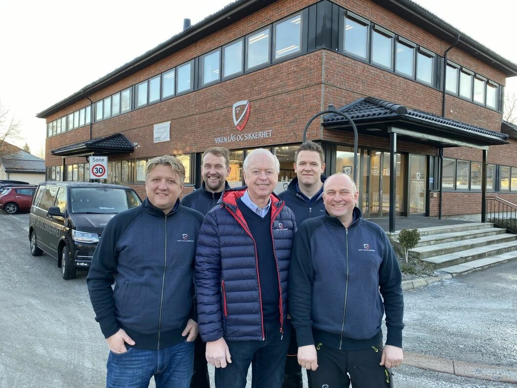 Jon Akerlie, Sondre Vedal, Odd Møller, Frantz Martin Øen Hegg og Glenn Elton ønsker velkommen til offisiell åpning av Viken Lås og Sikkerhet AS, med påfølgende «åpen uke» fra mandag morgen (foto: Even Rise).