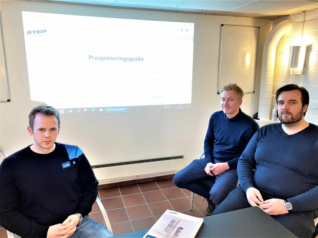 Anders Møller (bak) er stolt over prosjekteringsmanualen fra Steplock, og roser medarbeiderne Robert Christoffersen, Kenneth Slåtsveen Bøhren (t.v.), Magnus Lunda og Aksel Pettersen (t.h.) for innholdet (foto: Even Rise).