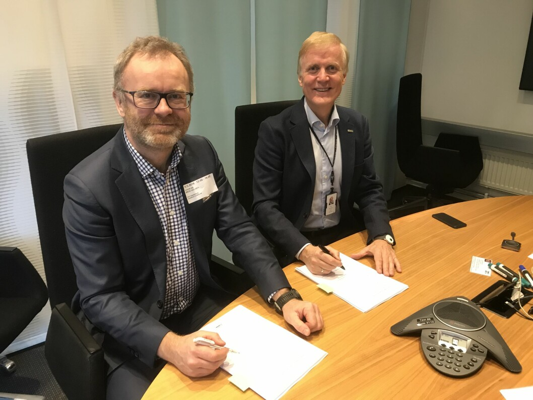 Administrerende direktør Caverion, Knut Gaaserud (t.v.) og Konsernsjef i Avinor, Dag Falk-Petersen (t.h.) signerer sikkerhetskontrakt verdt opptil 600 millioner kroner for å sikre reisende på alle Avinors flyplasser (foto: privat).