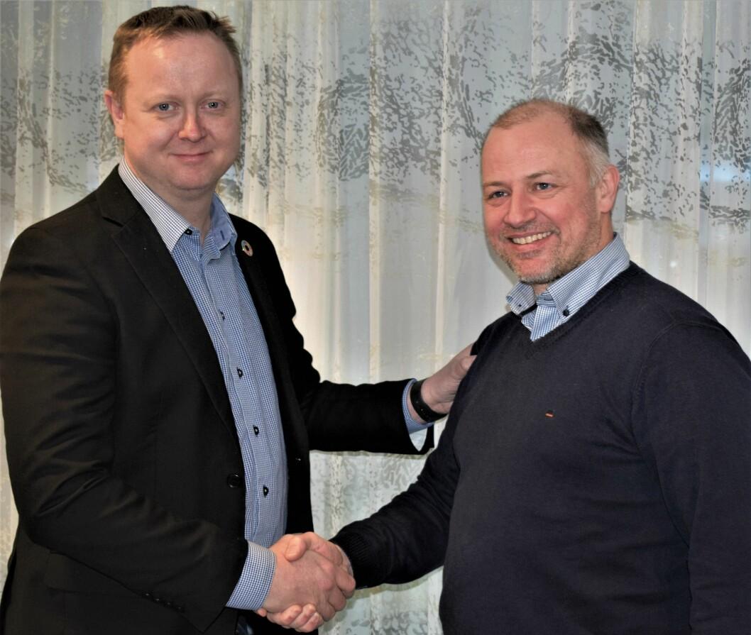 Jesper Buch, som er ansvarlig for det Nordiske Salto-markedet, ønsker René Tofte lykke til som nordisk produktsjef.