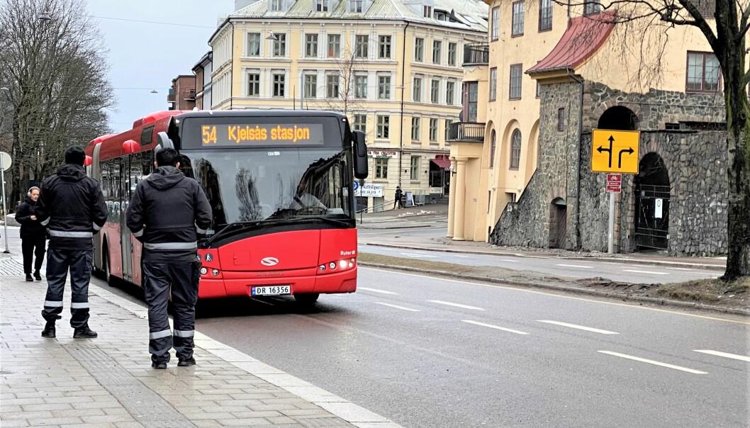 To vektere ble utsatt for vold under billettkontroll på 54-bussen. Nå er gjerningsmannen dømt. Dette bildet er tatt ved en annen billettkontroll for samme rute, men på en annen holdeplass.