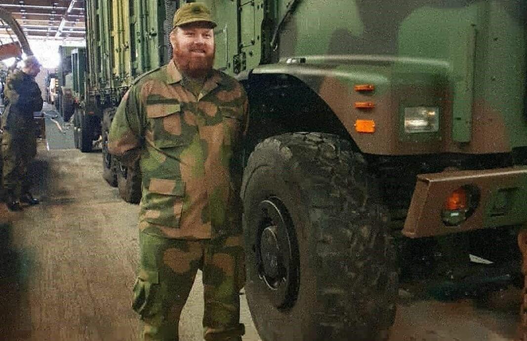 HV-soldat Karl Hatteland beklager til permitterte vektere at han og medsoldatene brukes på Oslo Lufthavn i en funksjon han mener vektere er mer egnet til å utføre.