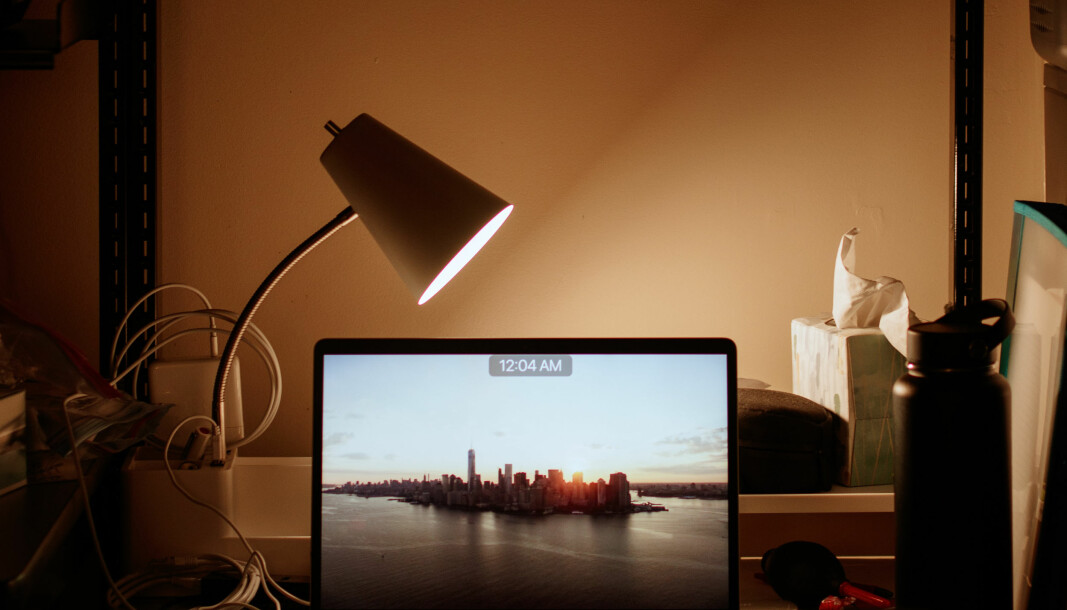 Ikke la PC og annet elektrisk fra hjemmekontoret stå på når du legger deg.