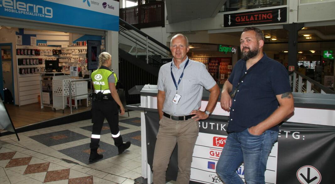 Sikkerhetssjef Ola Stavnsborg i OTG sier at smittevern er årsak til utvidede åpningstider. Her sammen med assisterende driftsleder Rune Johansen (t.h.) og Nokas-vekter Martine Solberg på Gunerius i Oslo.
