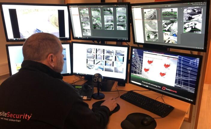 Fra vaktsentralen på Hamar fanger vektere opp bilder og signaler fra sensorer, noe som gir grunnlag for eventuelle aksjoner. Derfra kan de blant annet styre brannslokking inntil brannvesenet overtar.