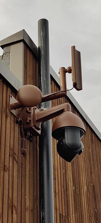 Dette kameraet er montert på Sverresborg i Trondheim. For å passe inn i miljøet, er utstyret påført samme farge som bygget det henger på