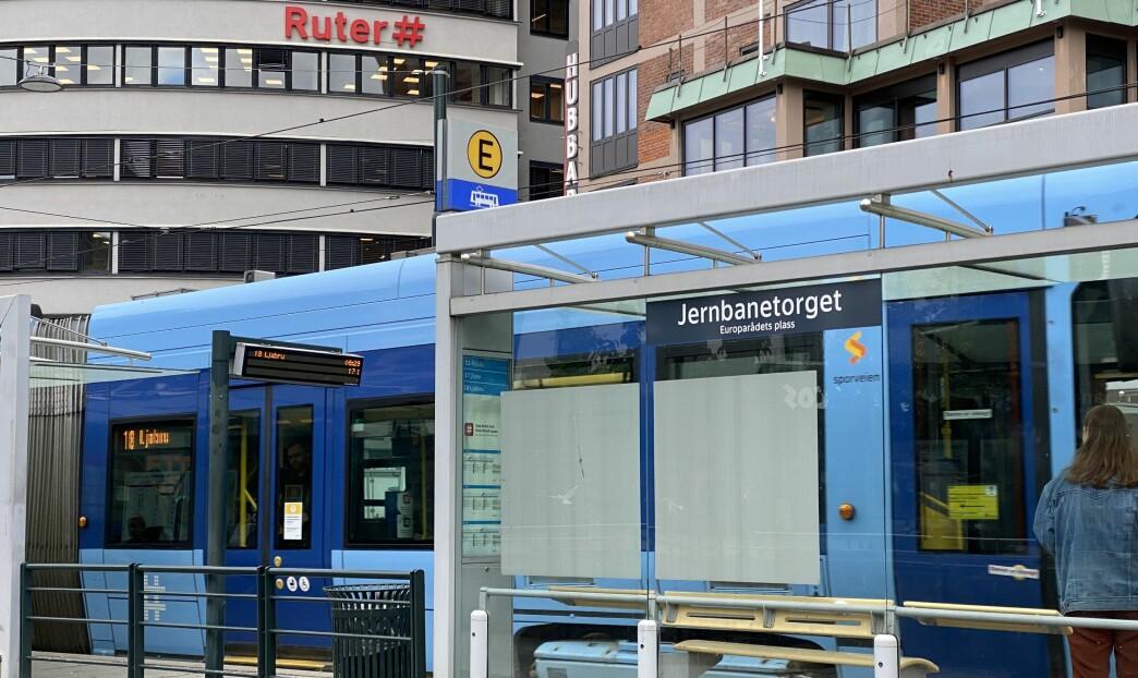 Her på Jernbanetorget slo og spyttet kvinnen billettkontrolløren om bord på trikken.