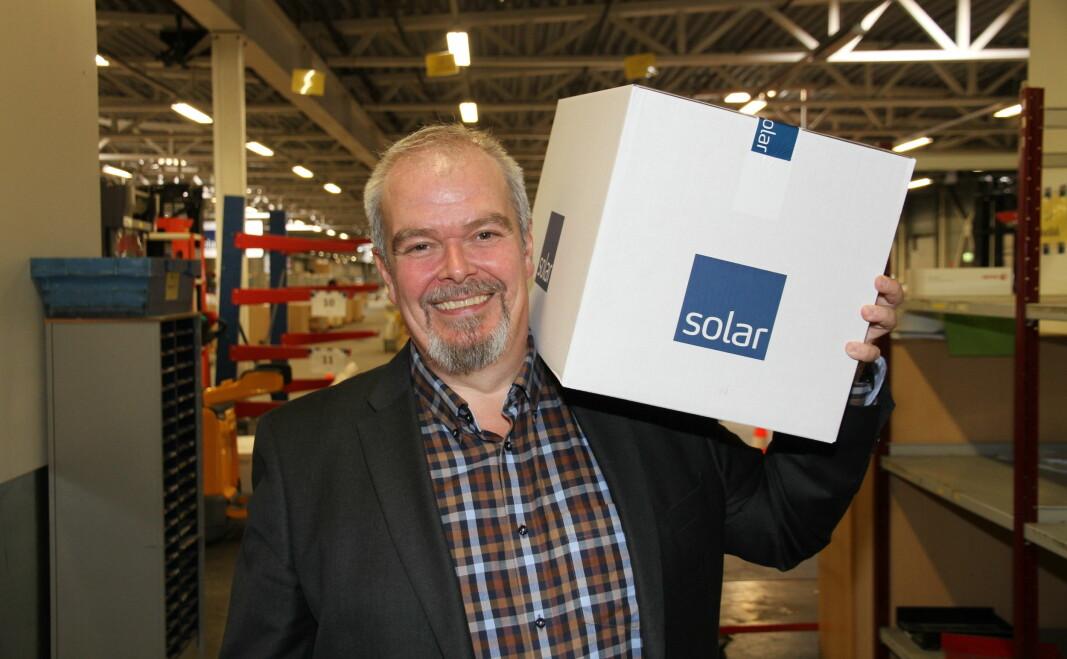 Ole Morten Severinsen er fra i dag, 1. august, ansatt i Solar Norge. Han håper å bidra til at det i tiden fremover sendes mange slik esker med sikkerhetsutstyr ut fra lageret på Gardermoen.
