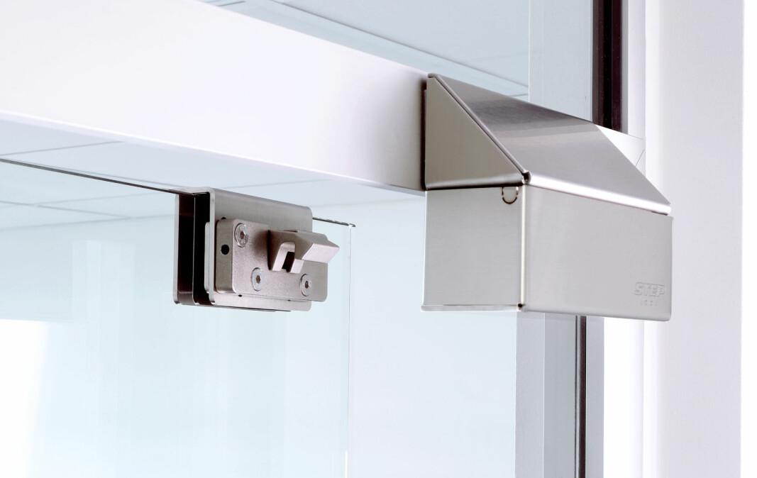 Den utenpåliggende låsen Step 8 finnes i en i rettvendt og omvendt funksjon, noe som vil si at den kan åpnes med strøm eller låses med strøm.