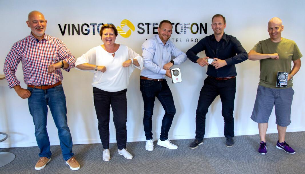 EET og Zenitel med nytt distribusjonssamarbeid for kommunikasjonsløsninger fra Vingtor-Stentofon. Fra venstre: Jarl Marco Omberg (EET), Hanne Eriksen (Zenitel), Andreas Fayen (EET), Kjell Magne Lauritzen (Zenitel) og Gøran Sørensen (Zenitel).