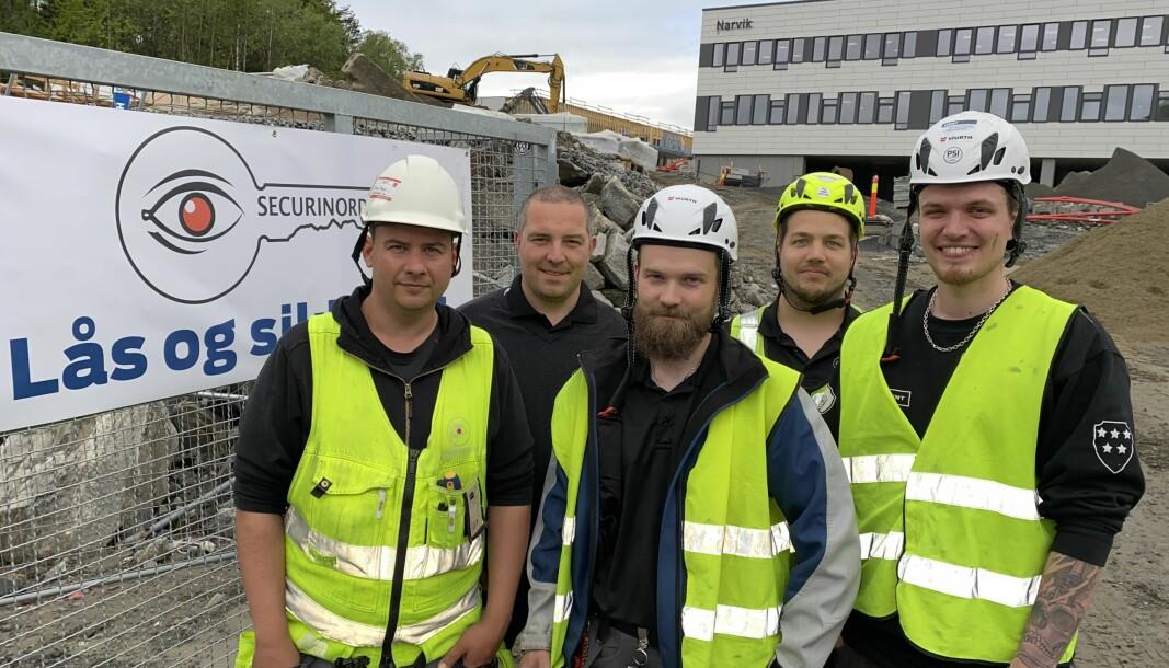 I sommer sto den nye Narvik ungdomsskole ferdig. Der har blant andre prosjektleder Tobias Bengs (f.v.), samt teknikerne Håkon Jørgensen, Lars-Petter Kampen og Harald Mikalsen jobbet for Jens Christian Helgesen (2.f.v.) og Securinord gjennom våren.