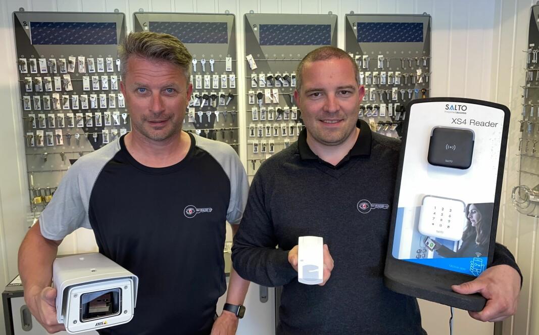 I tillegg til produkter og tjenester innen lås og beslag, forteller Terje Karoliussen (t.v.) og Jens Christian Helgesen at Securinord også har sikkerhetskameraer og alarmer. Dette er noe Prosero ser på som viktig for deres satsing innen elektronisk sikkerhet.