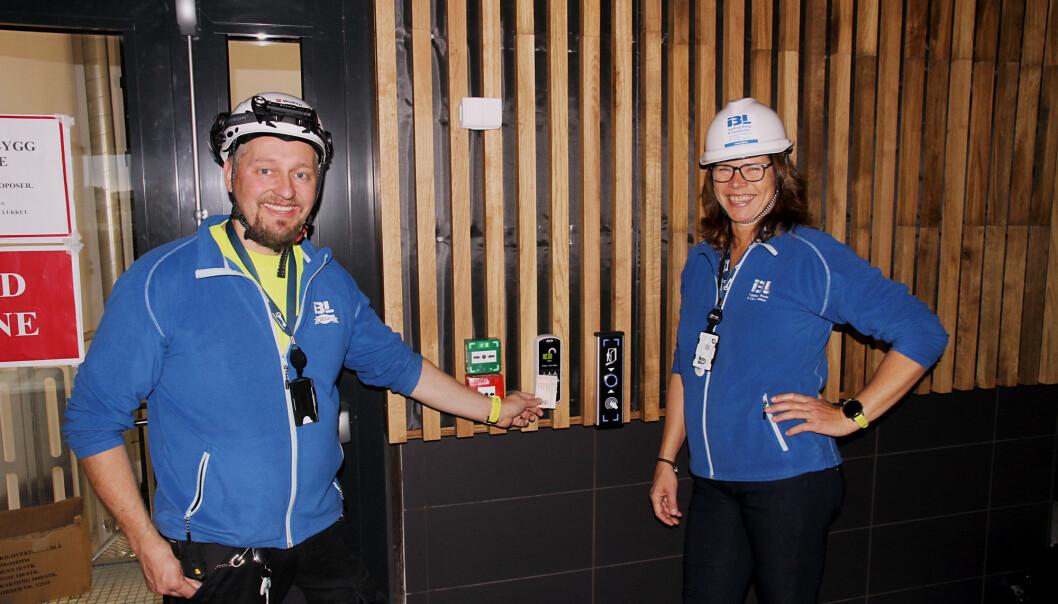 Thore Karoliussen og Ingeborg Haukerud fra Ingeborg Beslag & Låssystemer konstaterer med glede at alt er i rute i Jessheim bad.