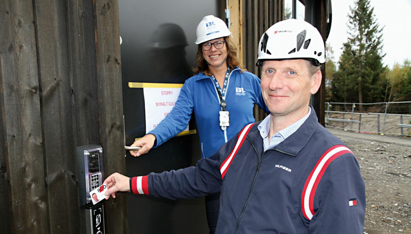 Ola Degerdal og RCO sørger for adgangskontroll med helintegrert alarmsystem til Jessheim bad. Her viser han vandalsikre kortlesere for Ingeborg Haukerud.