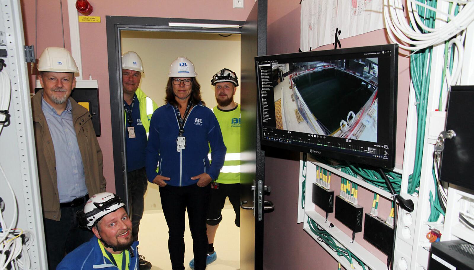 Thore Karoliussen, Kato Lystad, Børre Eriksen, Ingeborg Haukerud og Henrik Olsson viser frem det tekniske rommet med server for video management systemet. Betjeningen skjer fra klientstasjoner.
