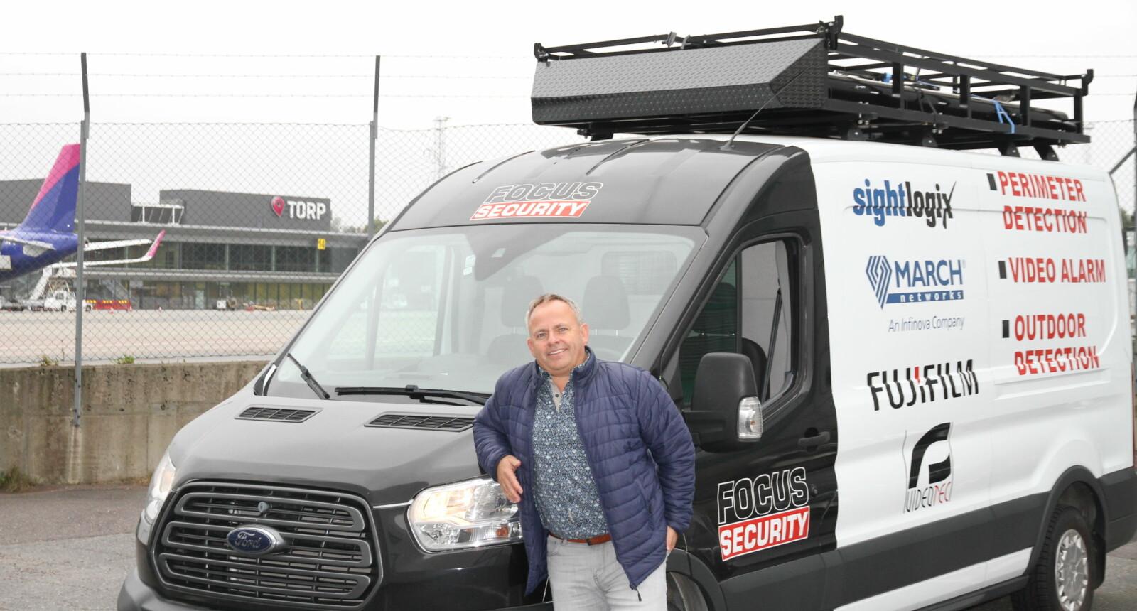 Bjarte Hatlenes gjennomfører ofte kundebesøk og ulike oppdrag med denne bilen som er rigget med mye utstyr. Focus Security holder til ved Torp Lufthavn.
