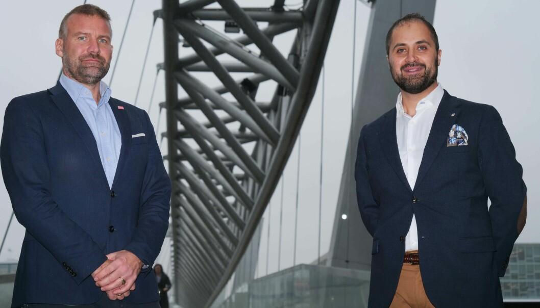 Direktør for sikkerhetsrådgiving i HRP, Carl Axel Hagen, får med seg Sean Armana (t.h.) som direktør for Informasjon og Cybersikkerhet.