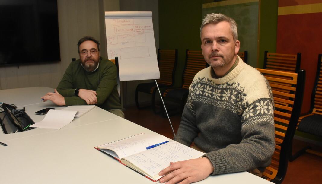Kommunedirektør Ole Magnus Stensrud og ordfører Bror Helgestad er tilbake til penn og papir etter at Østre Toten kommunes dataanlegg er blitt låst av hackere.
