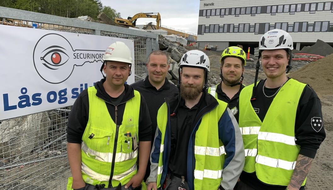 Narvik ungdomsskole er en av de store jobbene i Narvik som Securinord avsluttet i fjor. Her er prosjektleder Tobias Bengs (f.v.), samt teknikerne Håkon Jørgensen, Lars-Petter Kampen og Harald Mikalsen sammen med daværende eier Jens Christian Helgesen (2.f.v.) foran skolen.