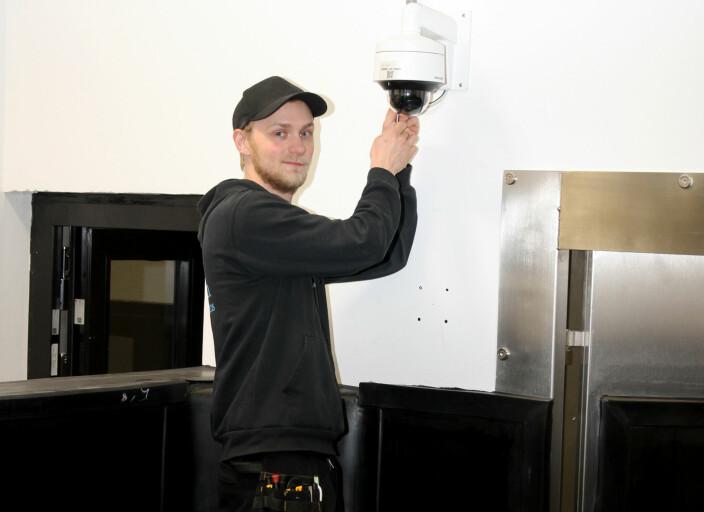 Tekniker Vebjørn Arnesen har full kontroll på de cirka 140 kameraene som Vision Security-Systems har montert i de nye veterinærbygningene på NMBU.