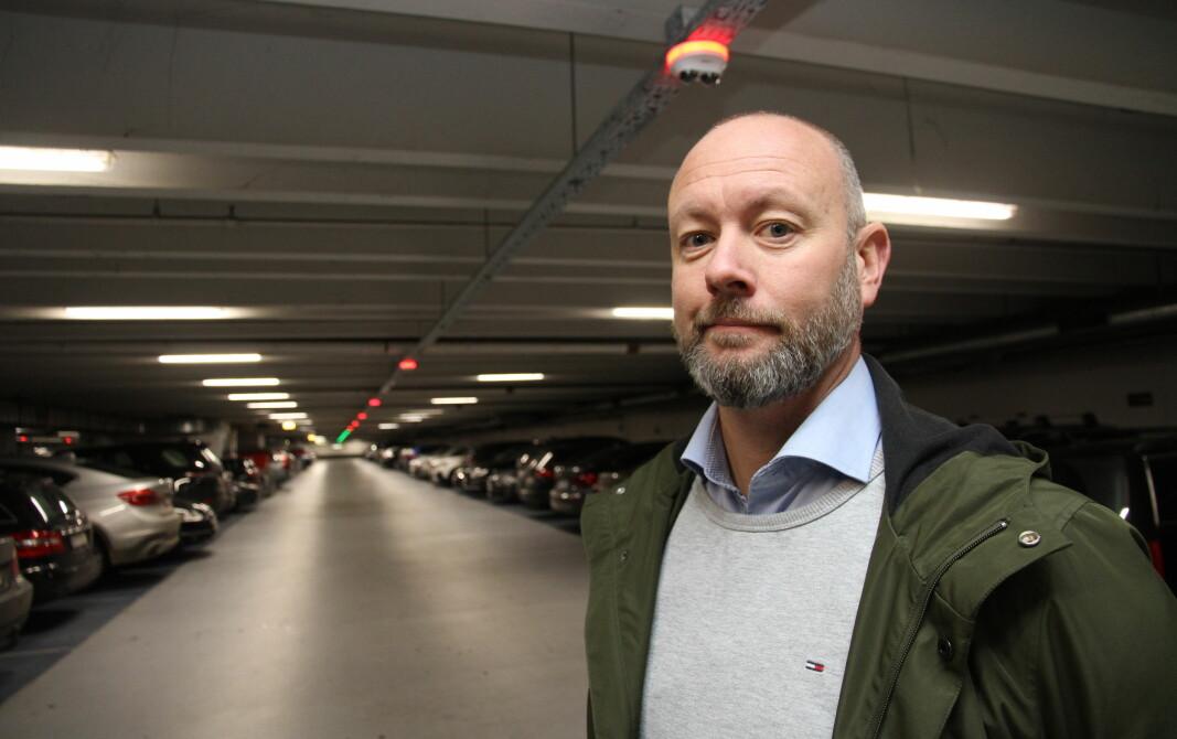 Morten Villadsen gleder seg over større distributør-nett i Norge. Her fra en tidligere anledning, hvor han viser frem kameraene levert til Scanview System for bruk i p-anlegget ved Københavns Lufthavn.