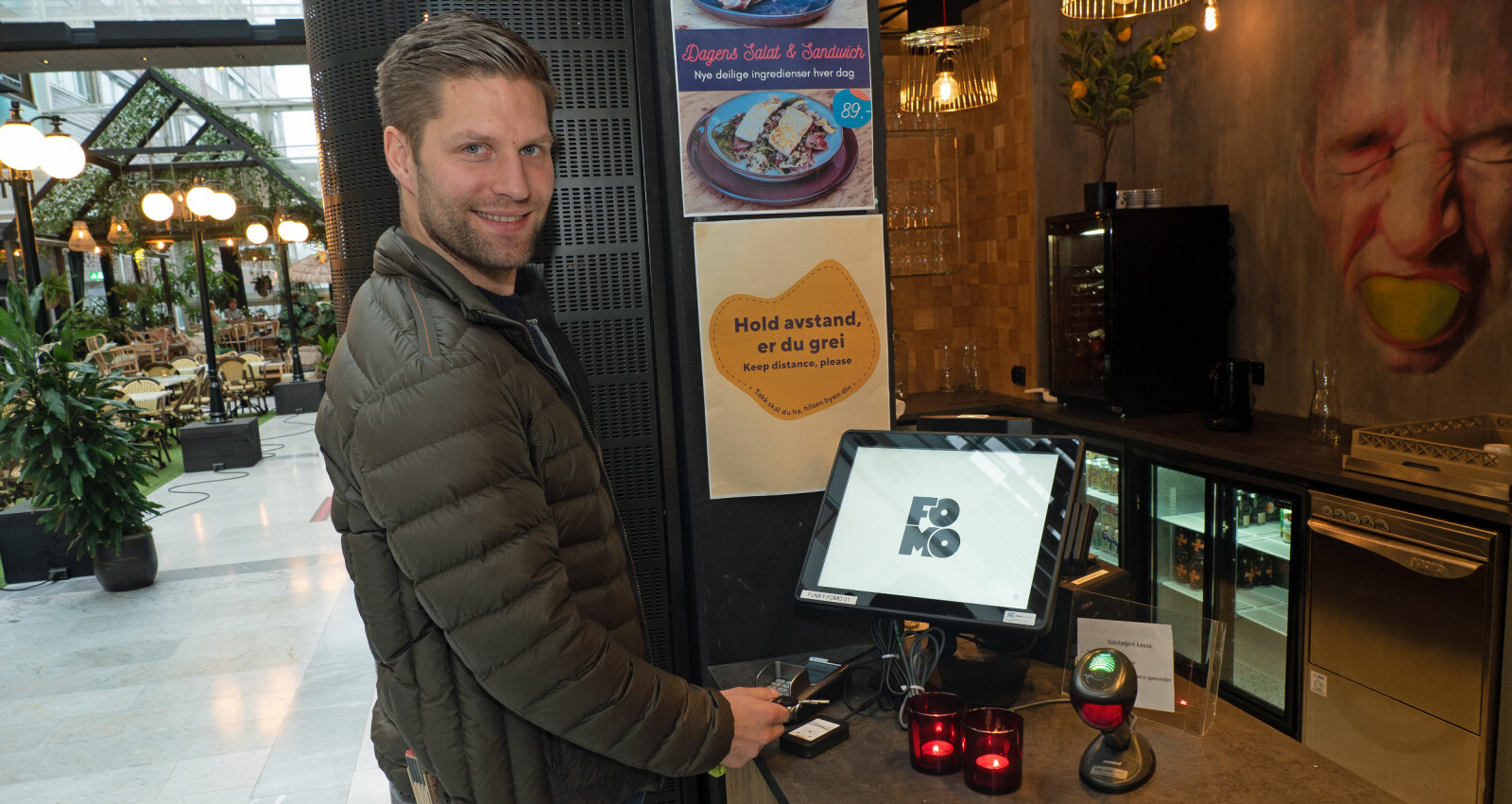 Daniel Harvei Sandvold bruker nøkkelen til å kjøpe en kaffekopp.