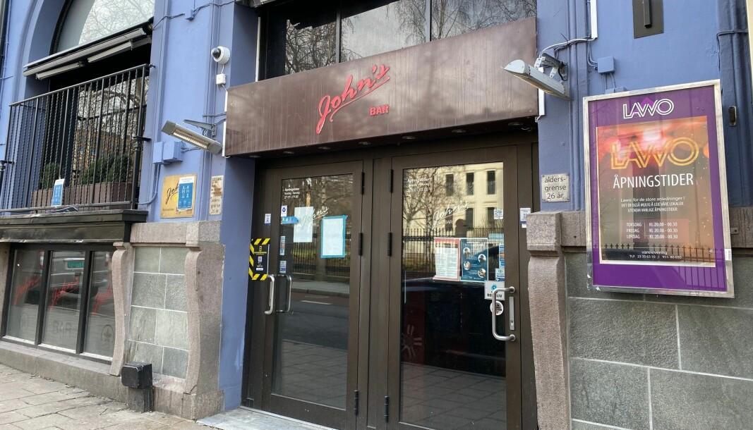 Utenfor John's Bar i Oslo sentrum ble ordensvakten slått av vekteren som var på byen. Nå er sistnevnte dømt til fengsel i 36 dager. Bilder fra overvåkingskameraene var viktige for retten.