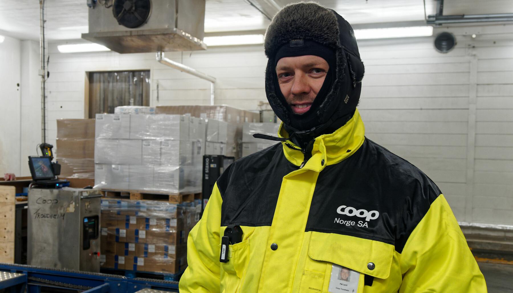 Pål Løvlie arbeider på fryselageret til Coop på Tiller i Trondheim. – Det blir ikke mye bedre enn dette – nå føler jeg meg mye tryggere, sier han. Alenearbeideralarmen fra Noby har plass i brystlommen.