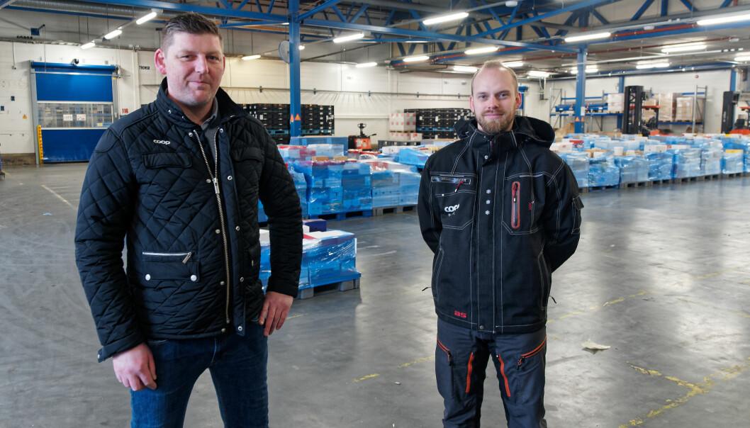 Roger André Hansen Tømmervold (til venstre) og Tobias Bergström er fornøyde med at alarmen går hvis de ansatte på lageret utsettes for noe mens de arbeider alene.