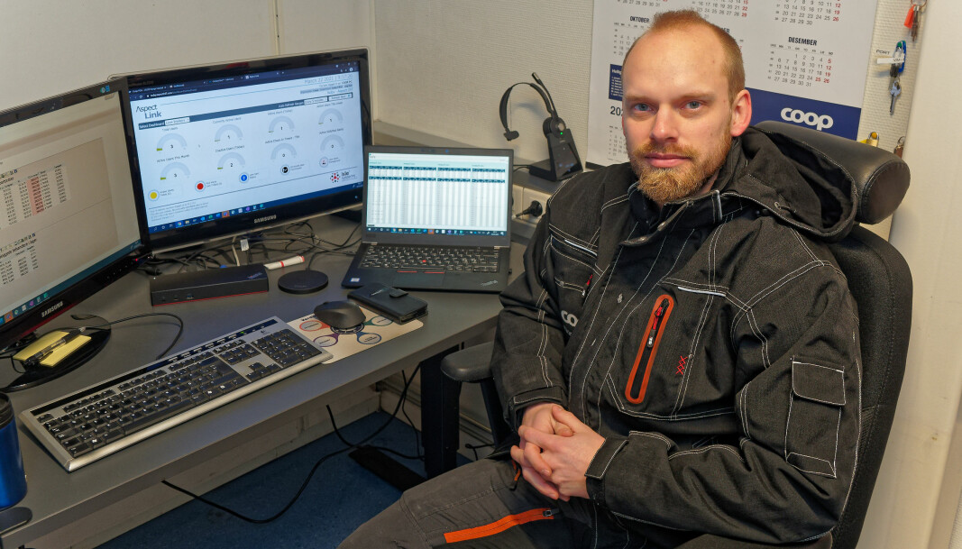 Teamleder Tobias Bergström kan følge med på alarmene og statistikken på skjermen sin.