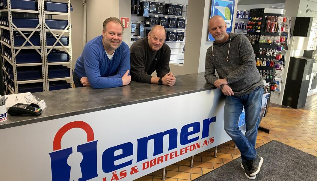 Arne Hemer (t.v.), Tony Martinsen og Truls Palm Iversen selger Hemer Lås & Dørtelefon. Kjøperen er ikke uventet Prosero Security Group.