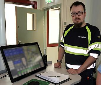 John Tore Andersen viser frem touchskjermen hvor man har full kontroll med informasjonen fra styringssystemet Flexicontrol.