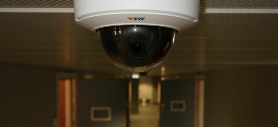 De mange celledørene som slår ut i korridorene skjuler store områder, og det er derfor nødvendig med et betydelig antall sikkerhetskameraer i fengselet.