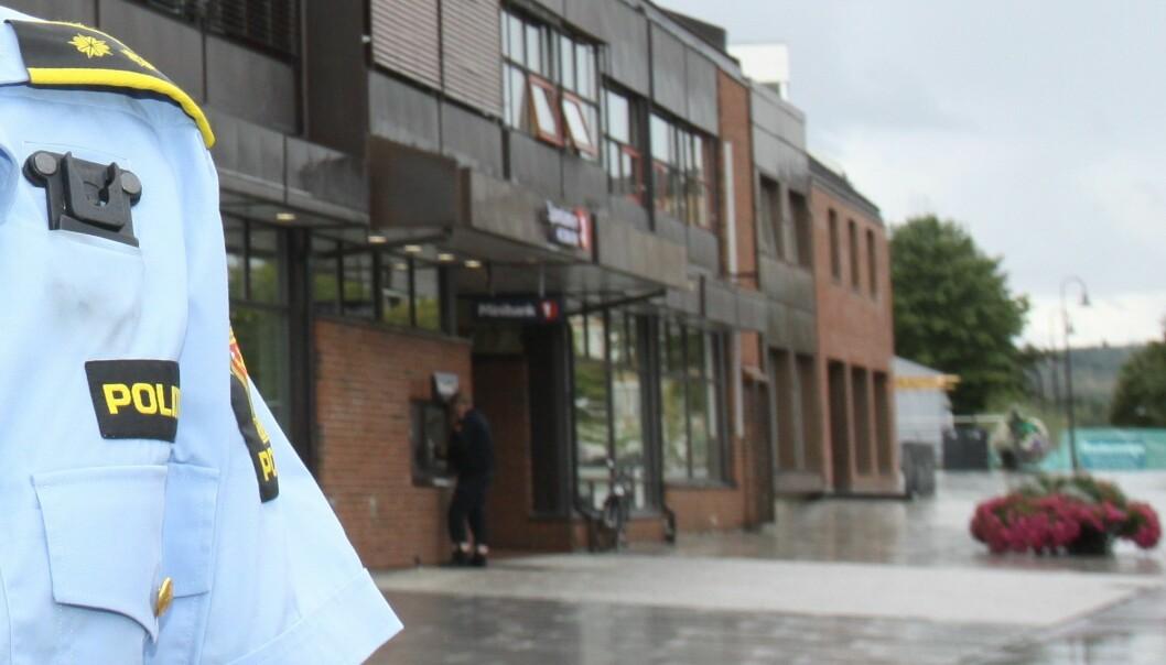 Sikkerhetskameraene i Brumunddal sentrum bidro til at politiet raskt forsto at ranet som kvinnen hevdet seg utsatt for, aldri hadde skjedd. Hun påsto hun var frastjålet 12.000 kroner rett etter uttak fra minibanken i bakgrunnen.
