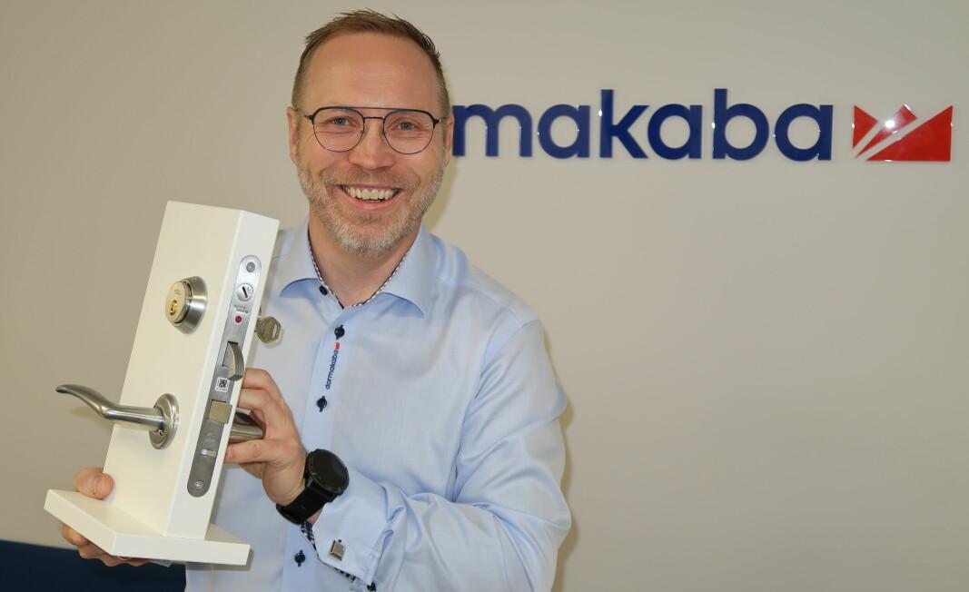 Thomas Sann i Dormakaba viser frem den nye hybridlås for boligmarkedet. Av hensyn faghandelen, og forbrukernes forventninger til support, blir Dormakaba Dkey kun distribuert gjennom låsesmeder og Dormkabas partnernettverk.